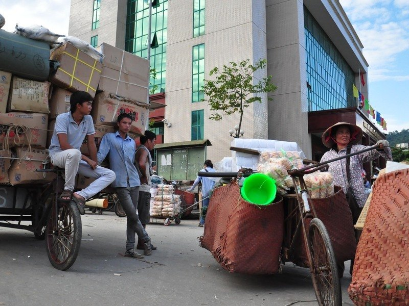 Goods transporters at the Vietnam-China border. Kirsten Endres, 2010