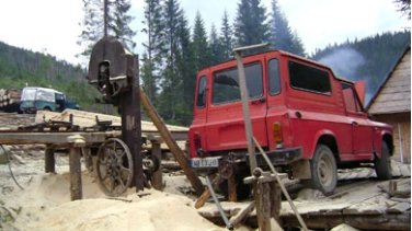 <p>Improvisation: car engine activates sawmill</p>