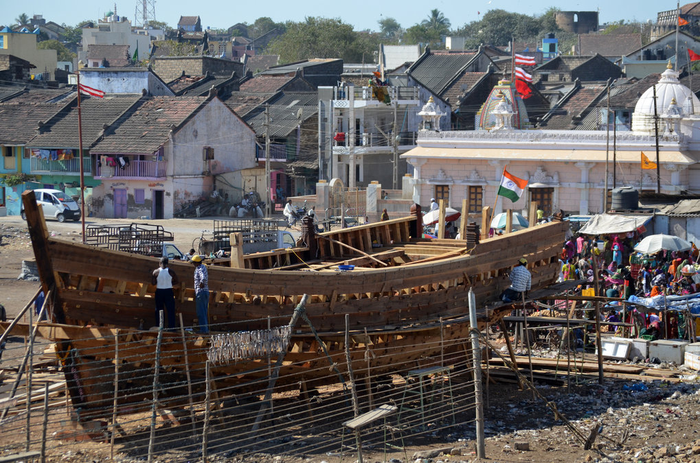 <p>Boat building in Jāffarābād, a port town along the Saurāshtrā coast of Gujarāt, India. One summer morning in March 2015 during the boat building season. The Saurāshtrā coastline along the Arabian Sea has a long tradition of building wooden boats.<br /><br />Photo: Varsha Patel, Jāffarābād, Gujarāt, India, 2015<br />Max Planck Institute for Social Anthropology</p>
